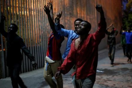 Unos-500-inmigrantes-acceden-a-Ceuta-tras-un-asalto-masivo-a-la-valla-985x656